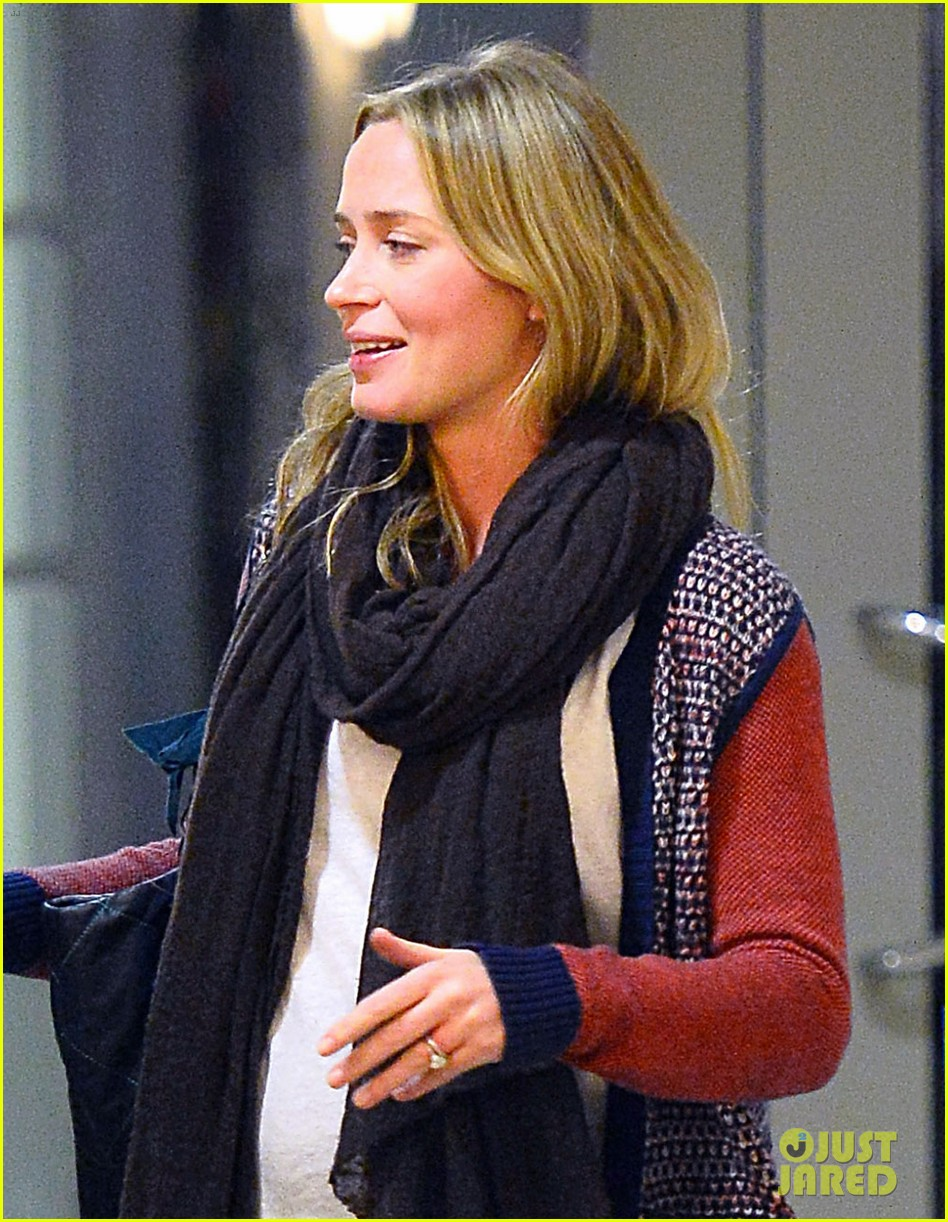 emily blunt cant stop laughing at friends christmas party 023015128