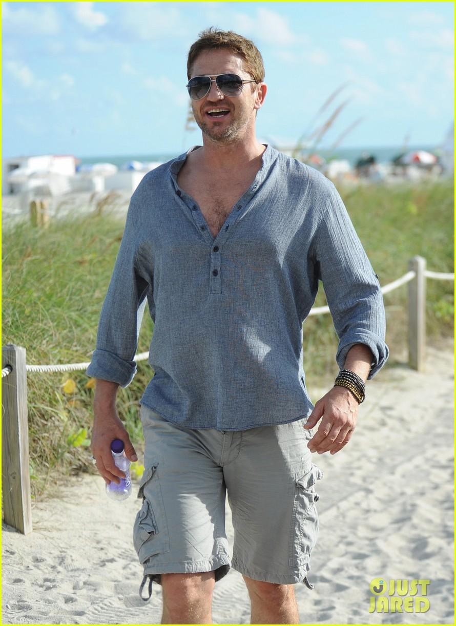 gerard butler enjoys beach time during art basel 023005669