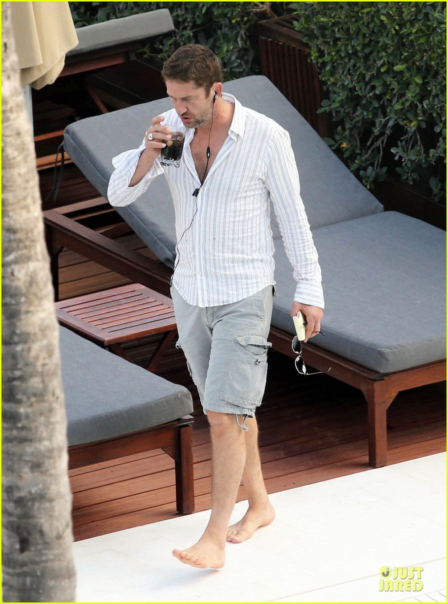 gerard butler relaxes at miami hotel pool with friends 01