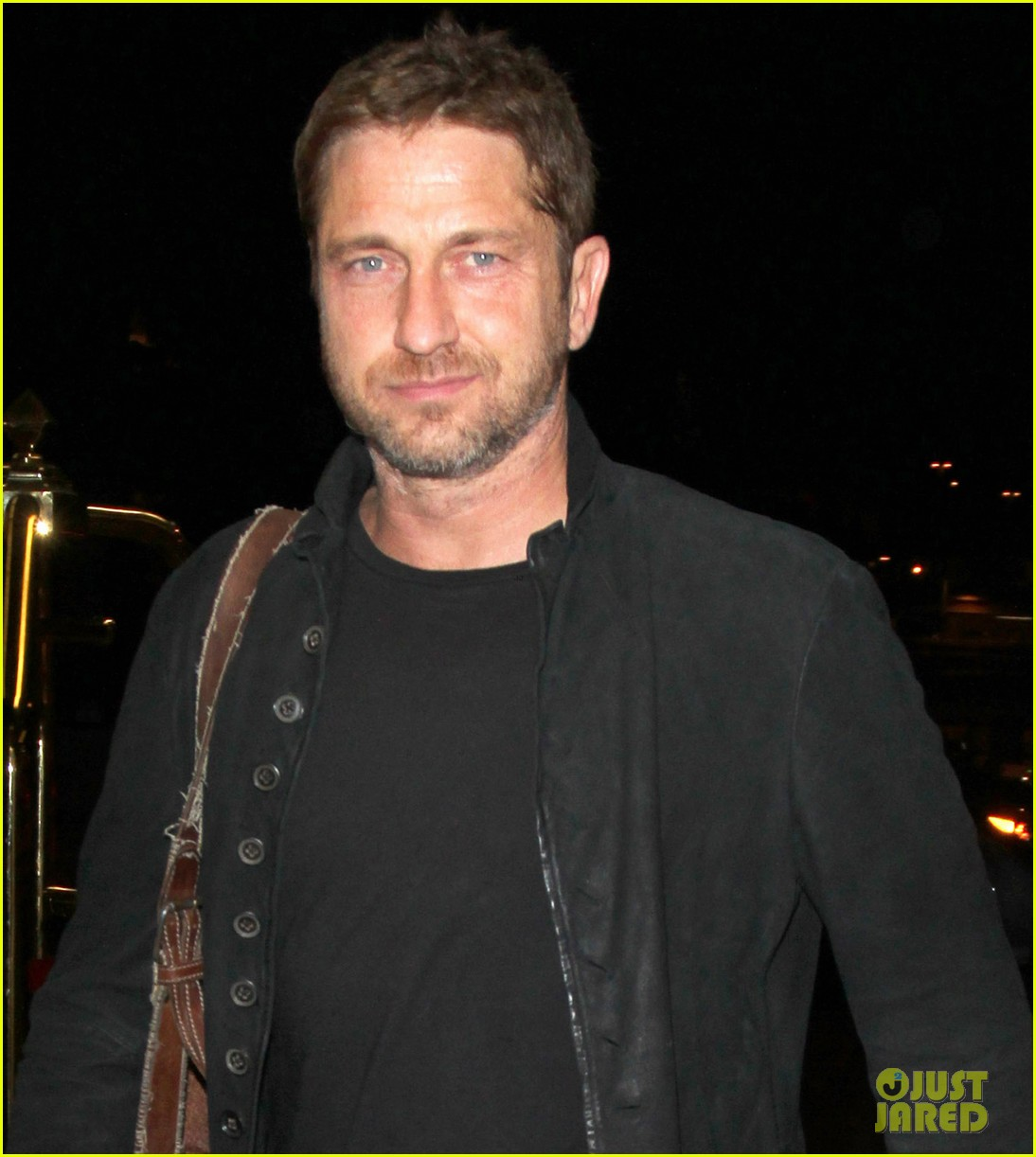 gerard butler catches flight out of lax 07