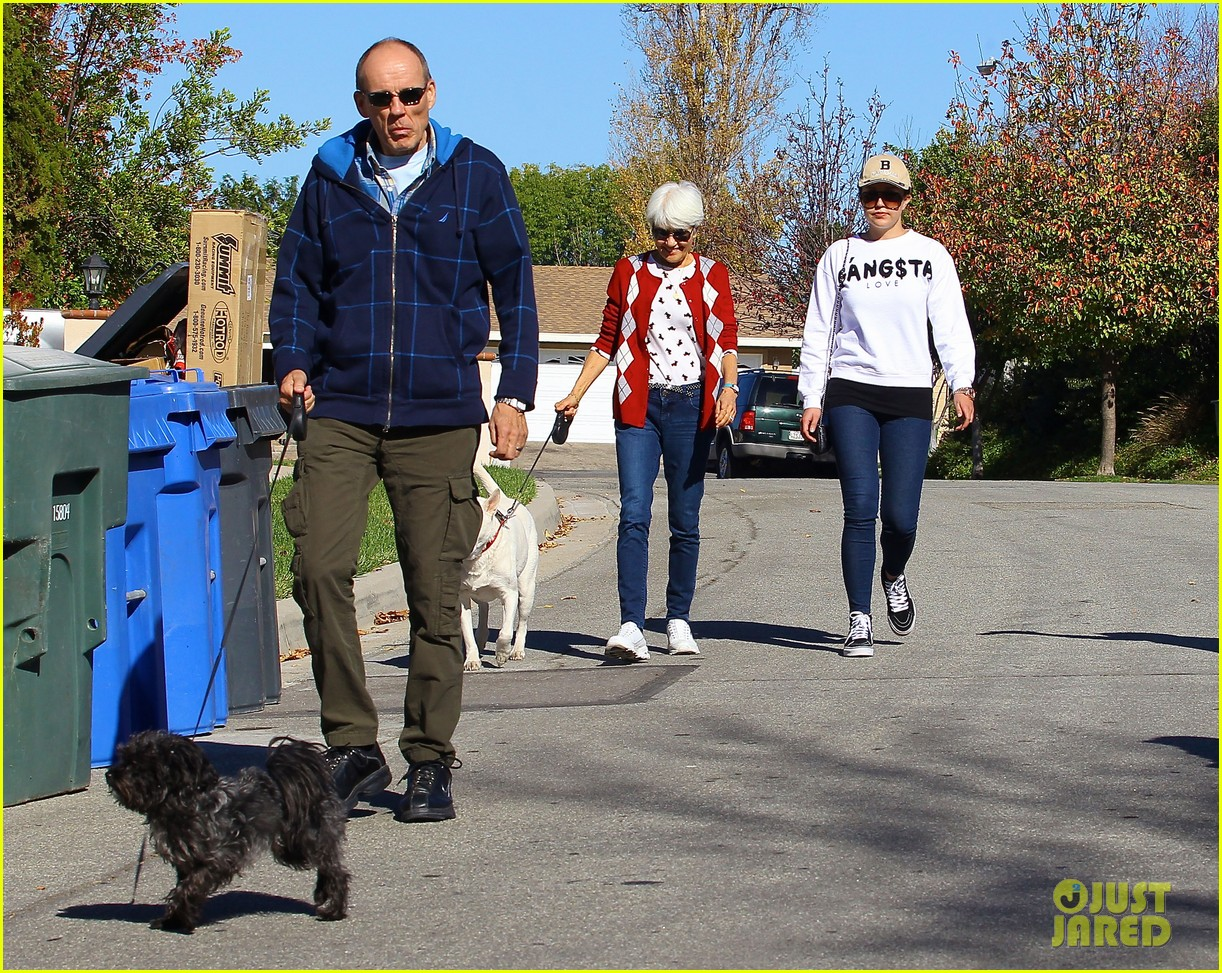 amanda bynes steps out with parents after rehab 073005704