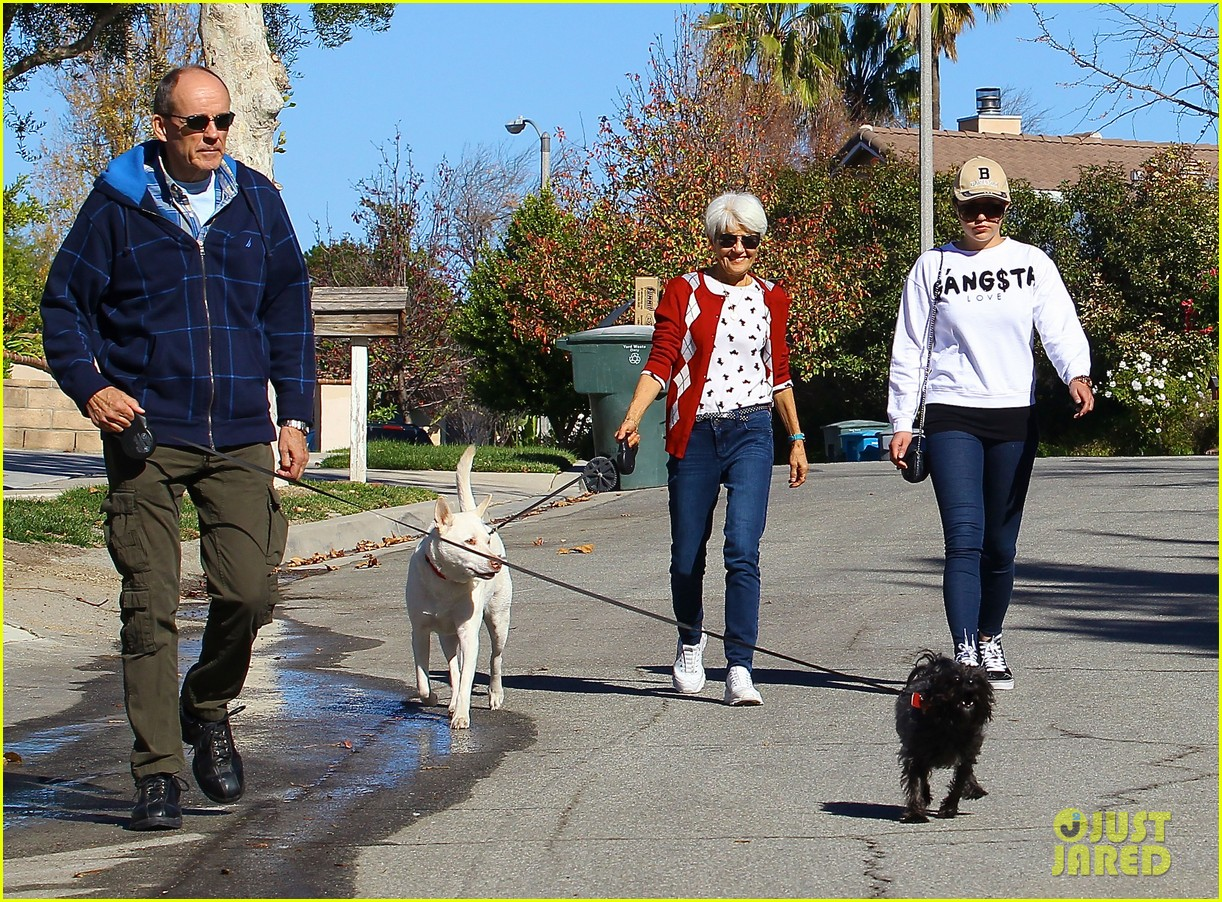 amanda bynes steps out with parents after rehab 123005709