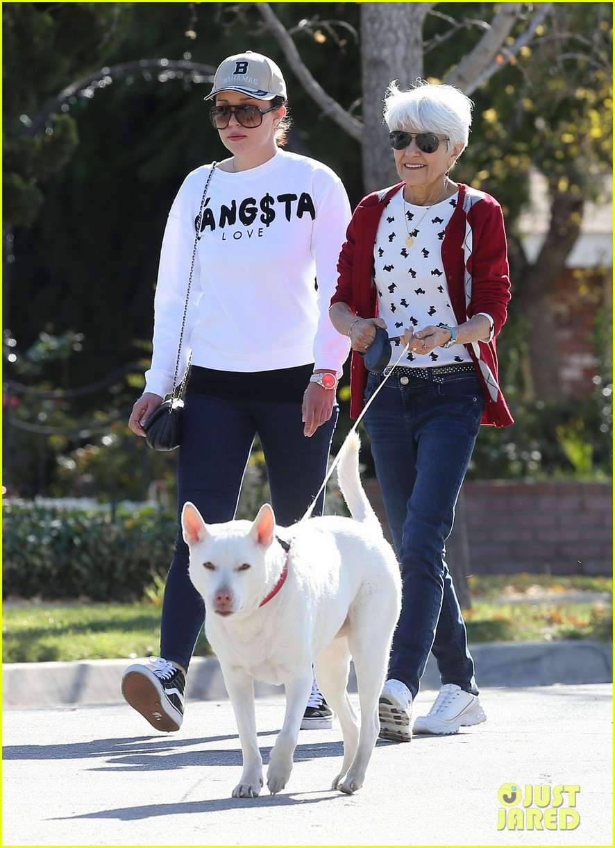 amanda bynes steps out with parents after rehab 243005721