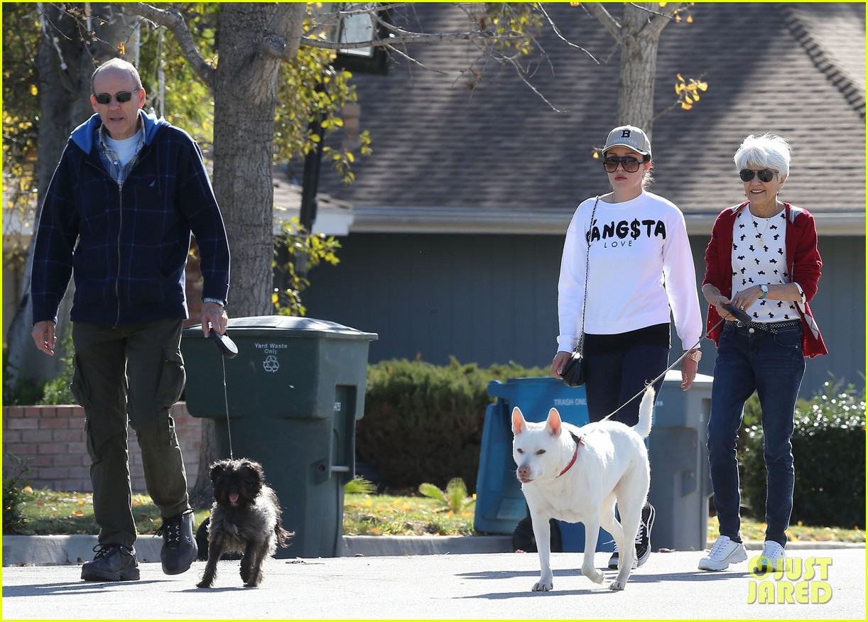 amanda bynes steps out with parents after rehab 253005722