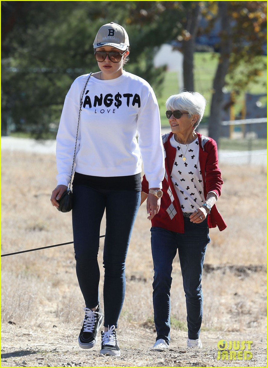 amanda bynes steps out with parents after rehab 303005727