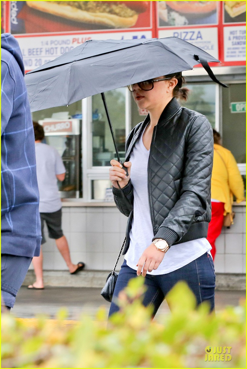 amanda bynes rainy costco run with parents 023007304