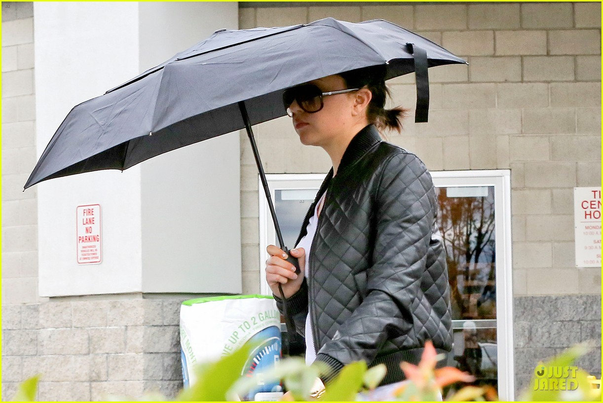 amanda bynes rainy costco run with parents 043007306
