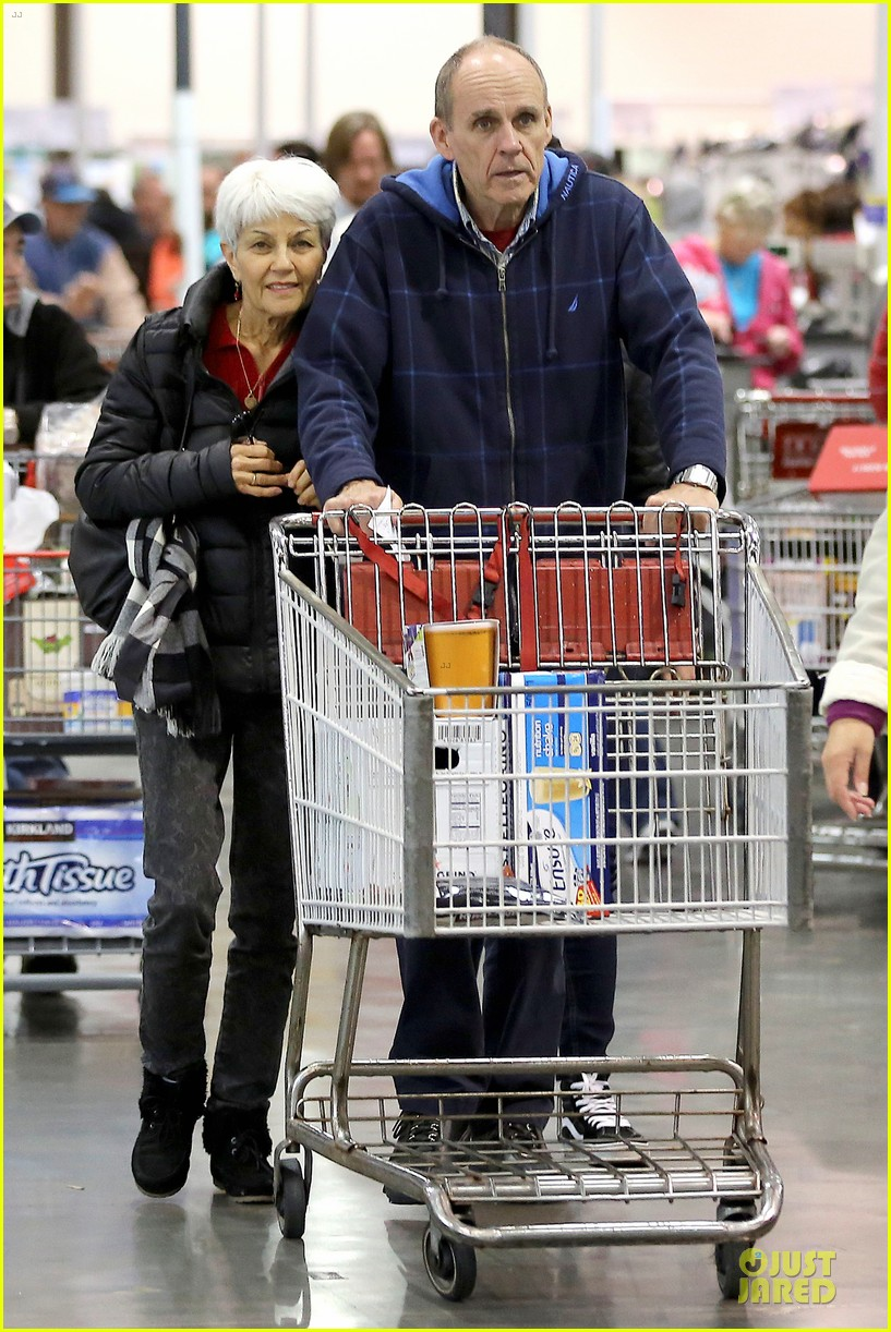 amanda bynes rainy costco run with parents 053007307