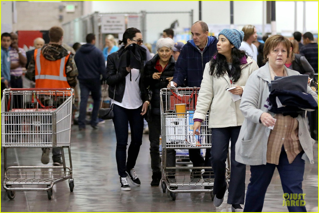amanda bynes rainy costco run with parents 143007316