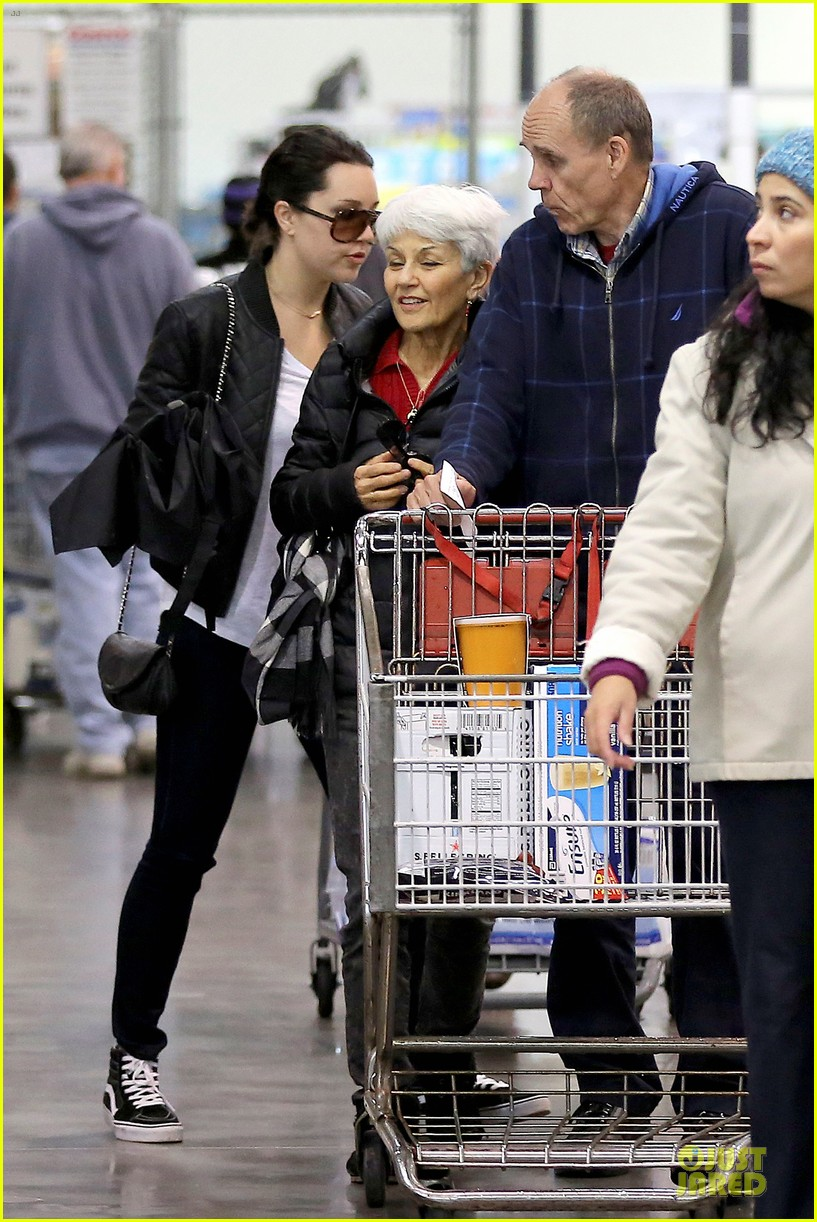 amanda bynes rainy costco run with parents 153007317