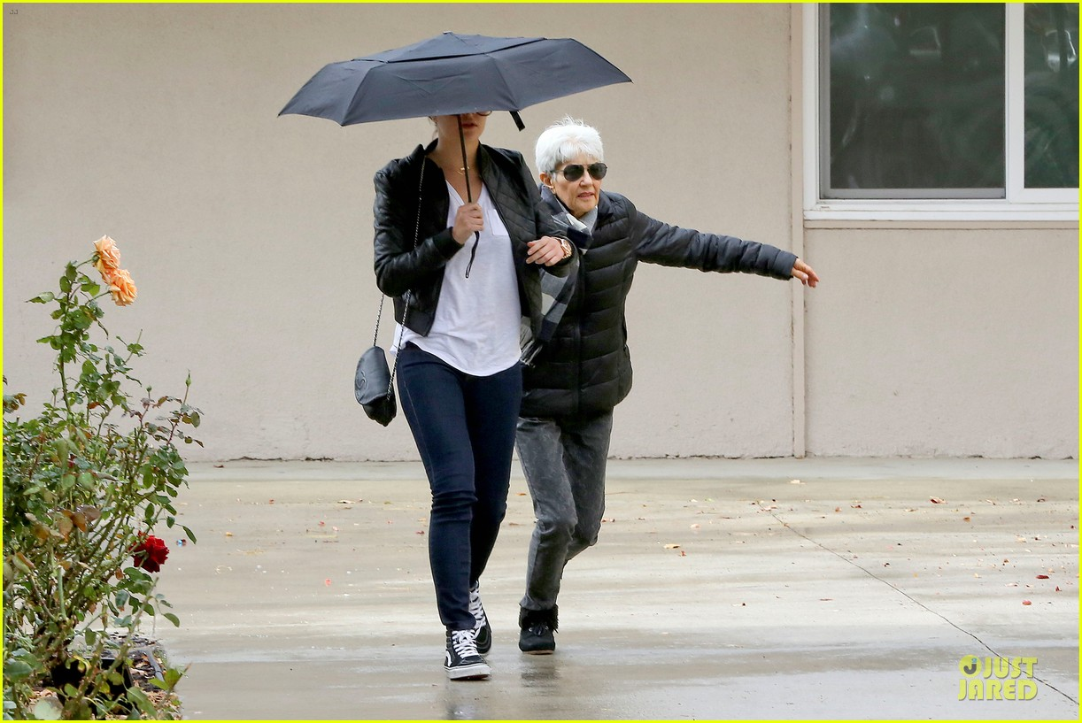 amanda bynes rainy costco run with parents 193007321