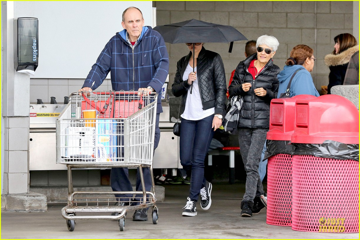 amanda bynes rainy costco run with parents 233007325