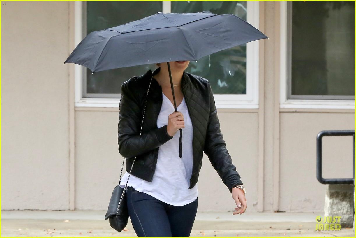 amanda bynes rainy costco run with parents 253007327