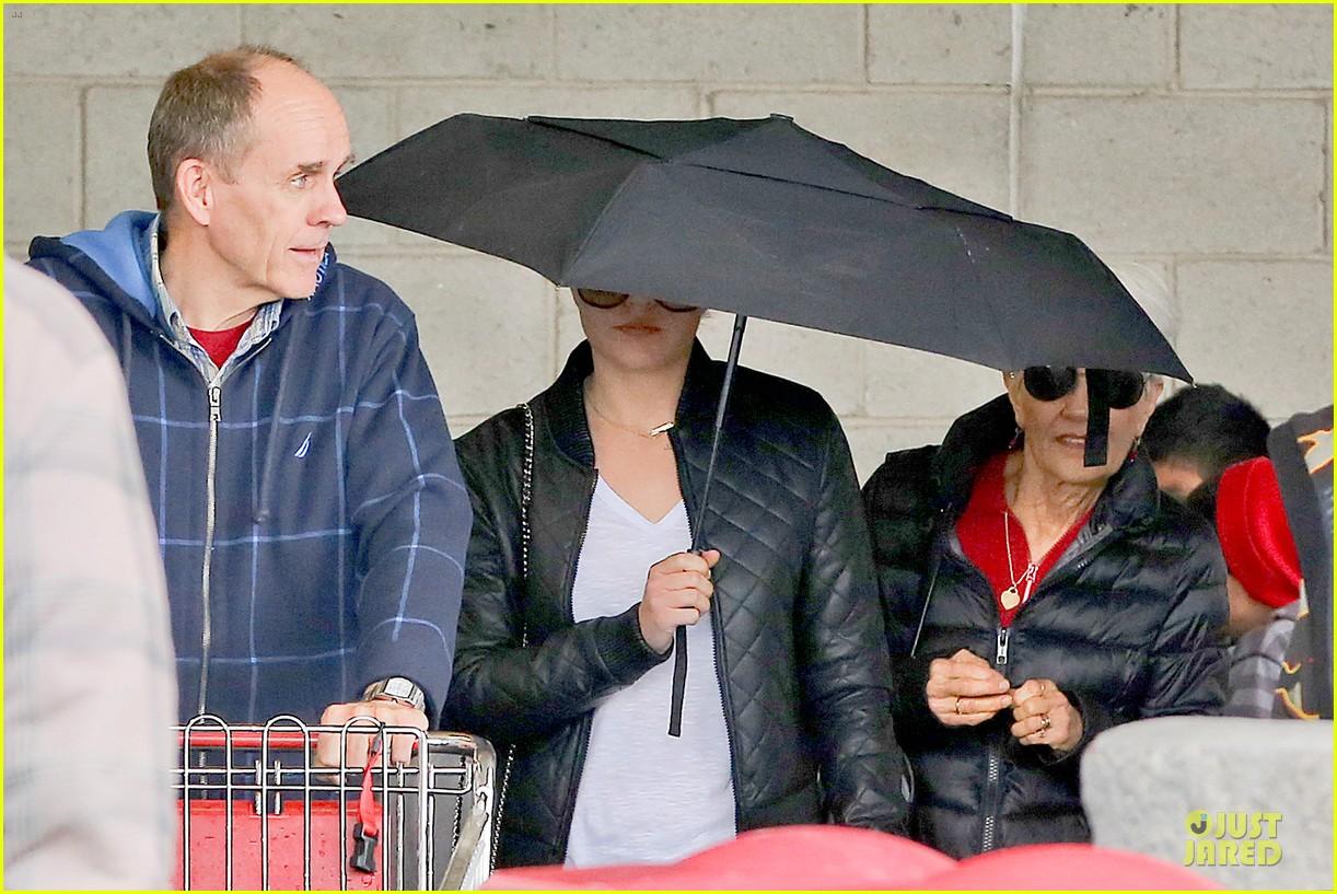 amanda bynes rainy costco run with parents 26