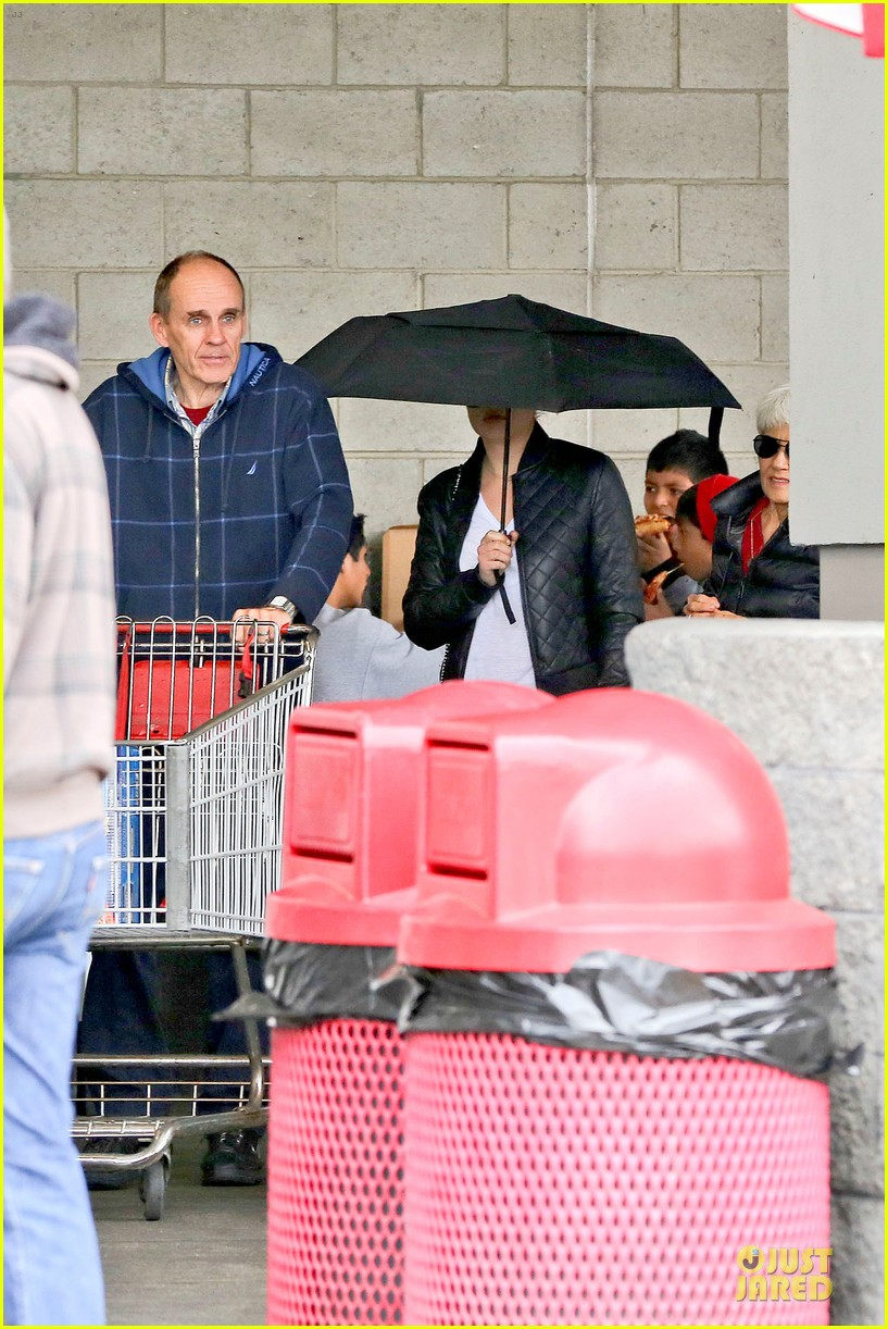 amanda bynes rainy costco run with parents 293007331