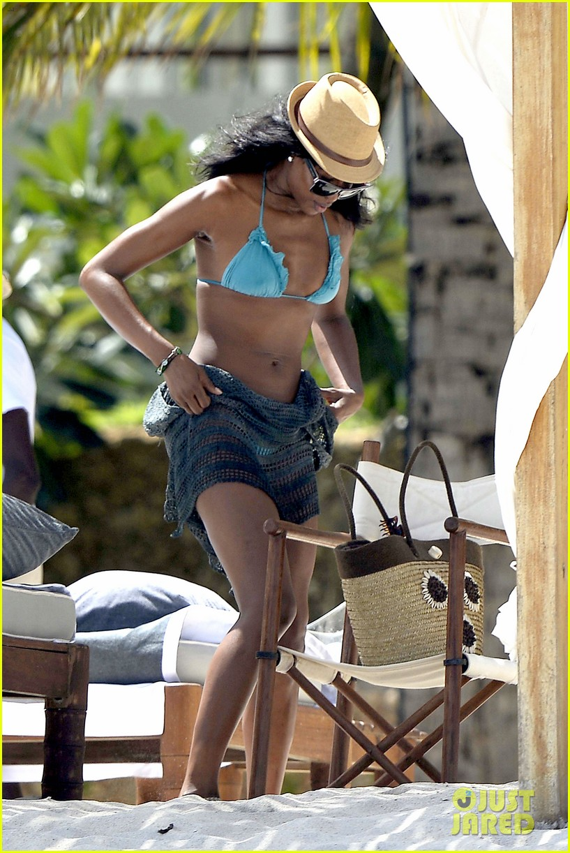 naomi campbell rocks a blue bikini at the beach in kenya 013019301