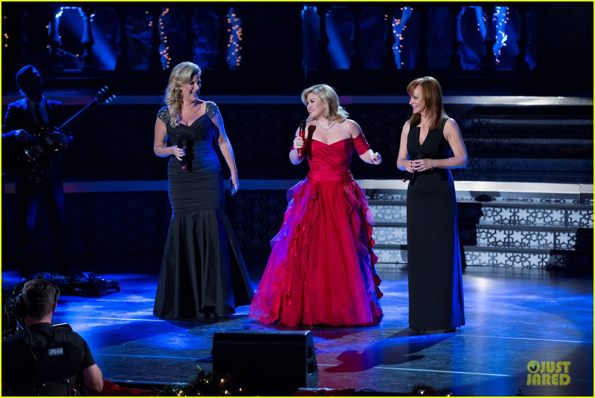 kelly clarkson cautionary christmas music tale airs december 11 013003695