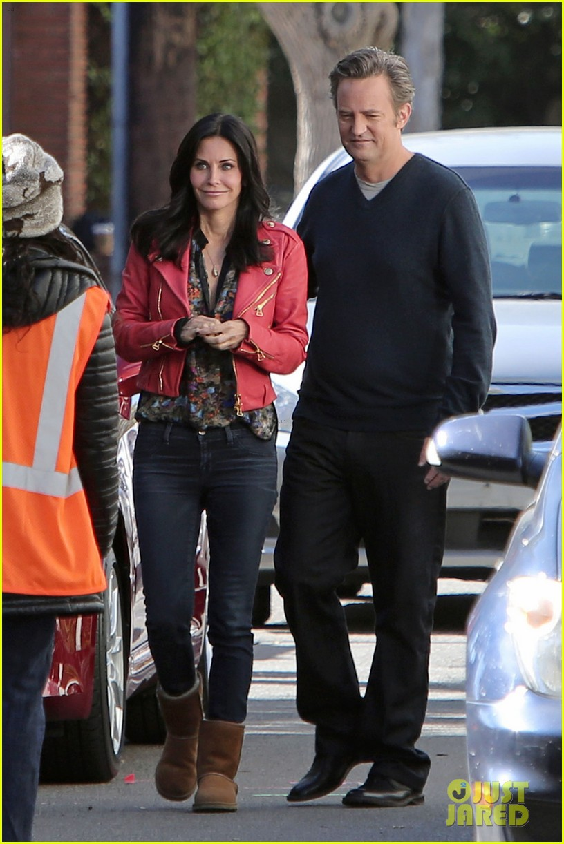 courteney cox matthew perry reunite for cougar town 013005808