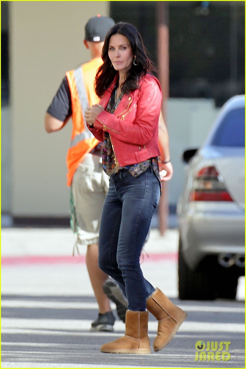 courteney cox matthew perry reunite for cougar town 03