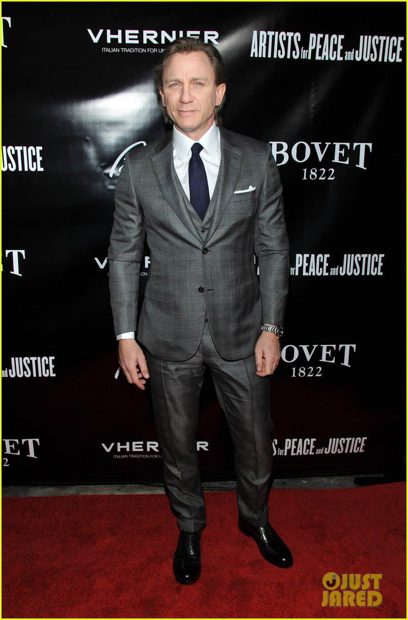 daniel craig artists for peace justice nyc holiday benefit 013009396