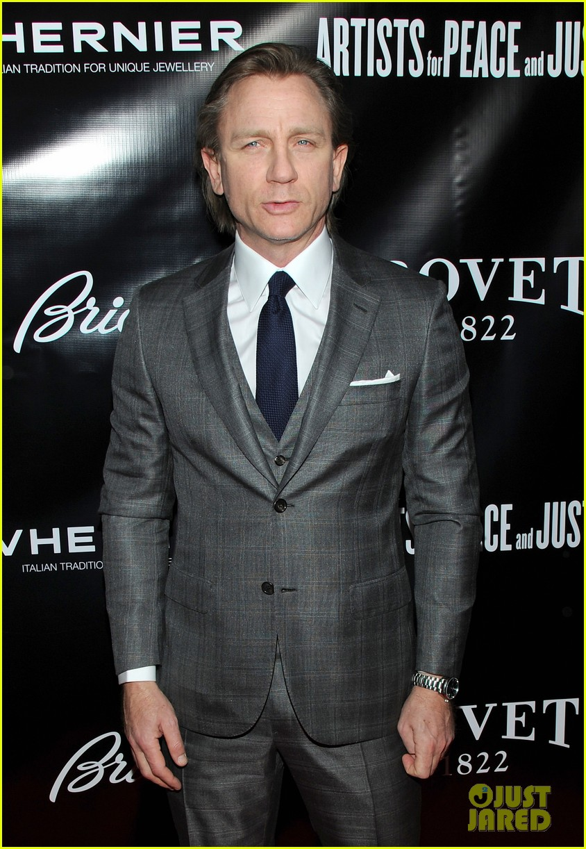 daniel craig artists for peace justice nyc holiday benefit 063009401