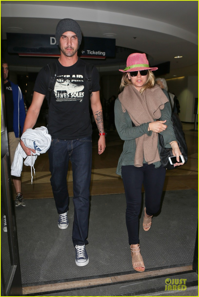 kaley cuoco ryan sweeting lax arrival after bahamas vacay 013004478