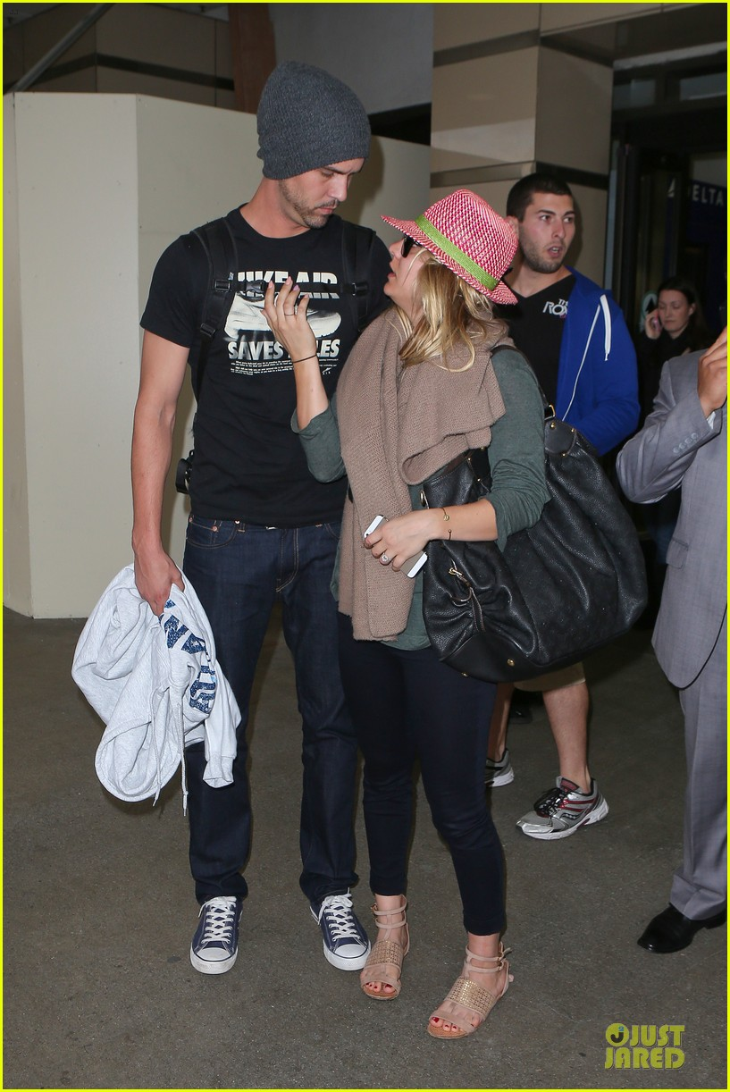 kaley cuoco ryan sweeting lax arrival after bahamas vacay 02