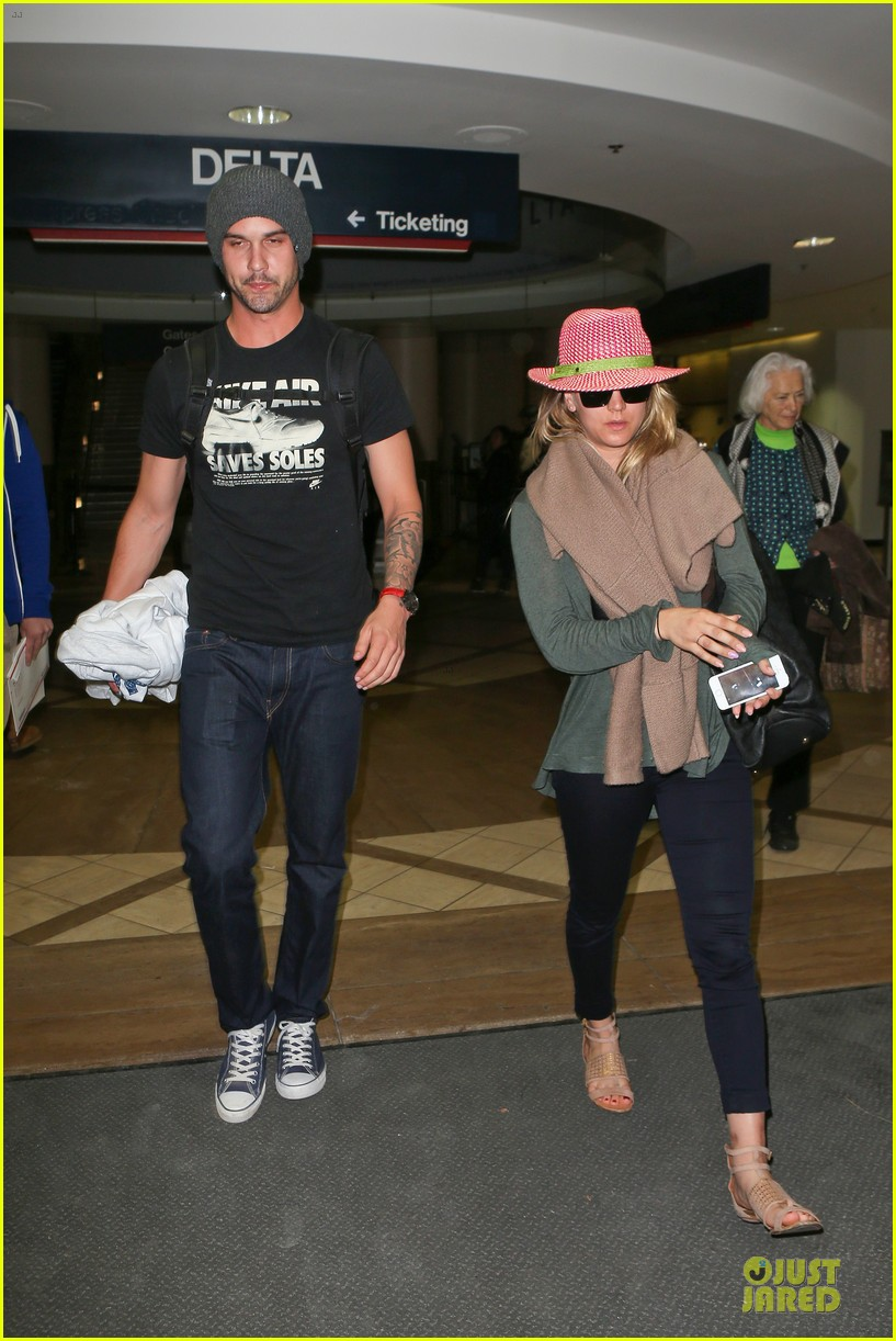 kaley cuoco ryan sweeting lax arrival after bahamas vacay 03