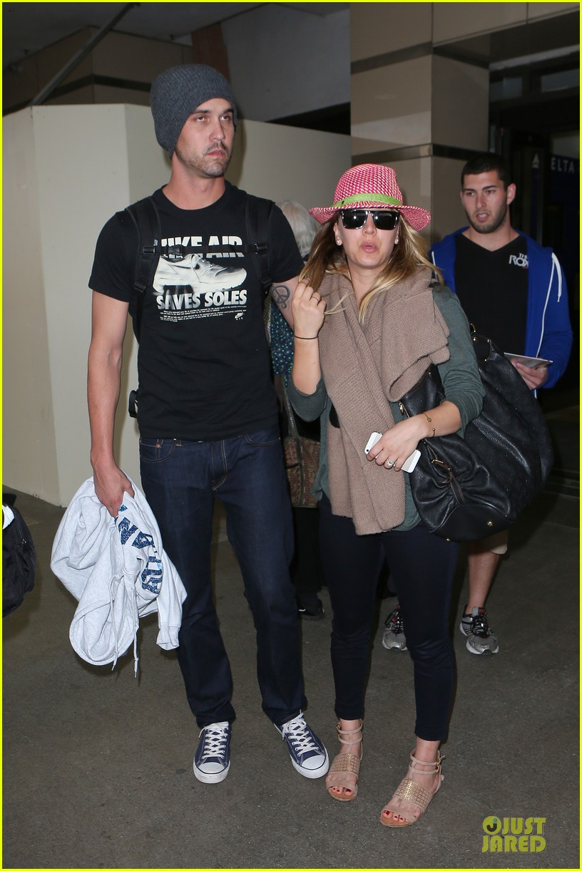 kaley cuoco ryan sweeting lax arrival after bahamas vacay 113004488