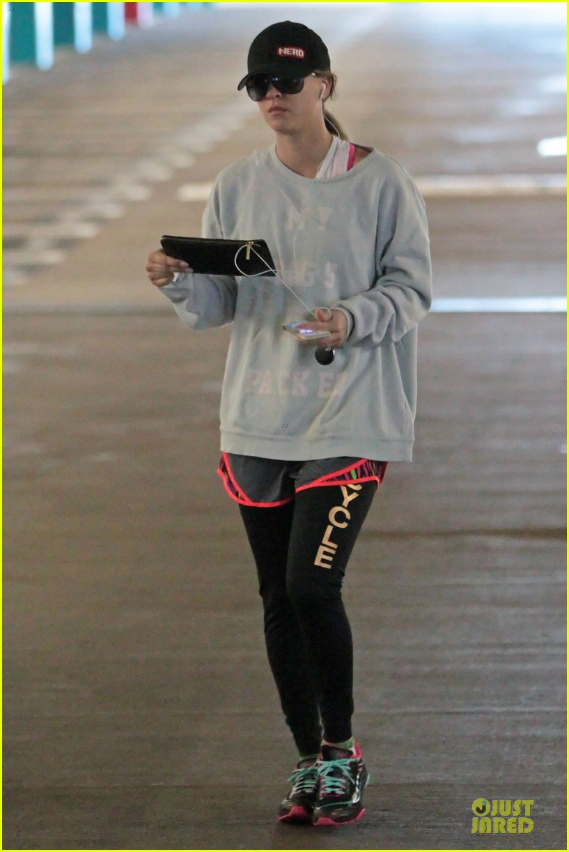 kaley cuoco wears bright pink bra for workout 033020349
