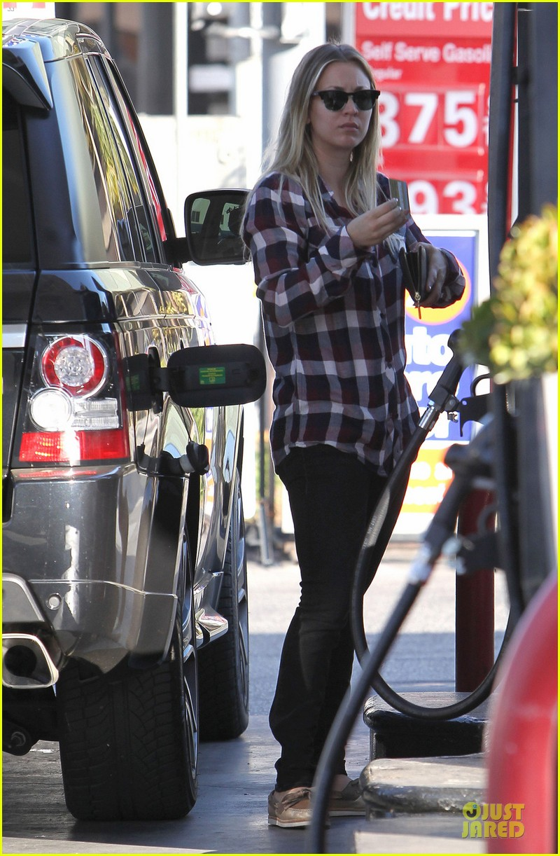 kaley cuoco we feel honored for big bang theory cast nods 013011564