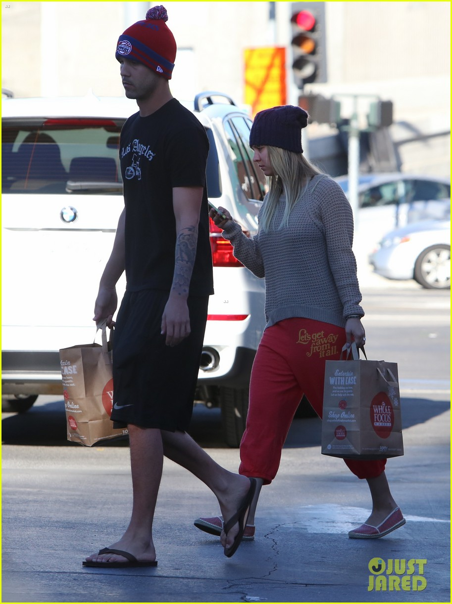 kaley cuoco ryan sweeting whole foods twosome 083012835