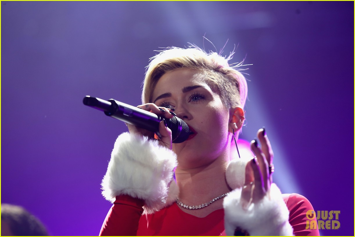 miley cyrus performs after being named artist of the year 023009447