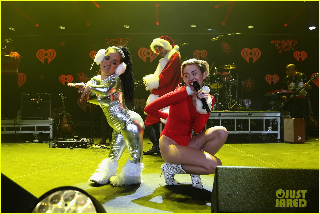 miley cyrus performs after being named artist of the year 043009449