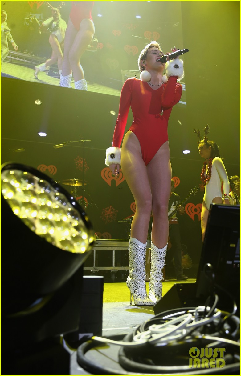 miley cyrus performs after being named artist of the year 073009452