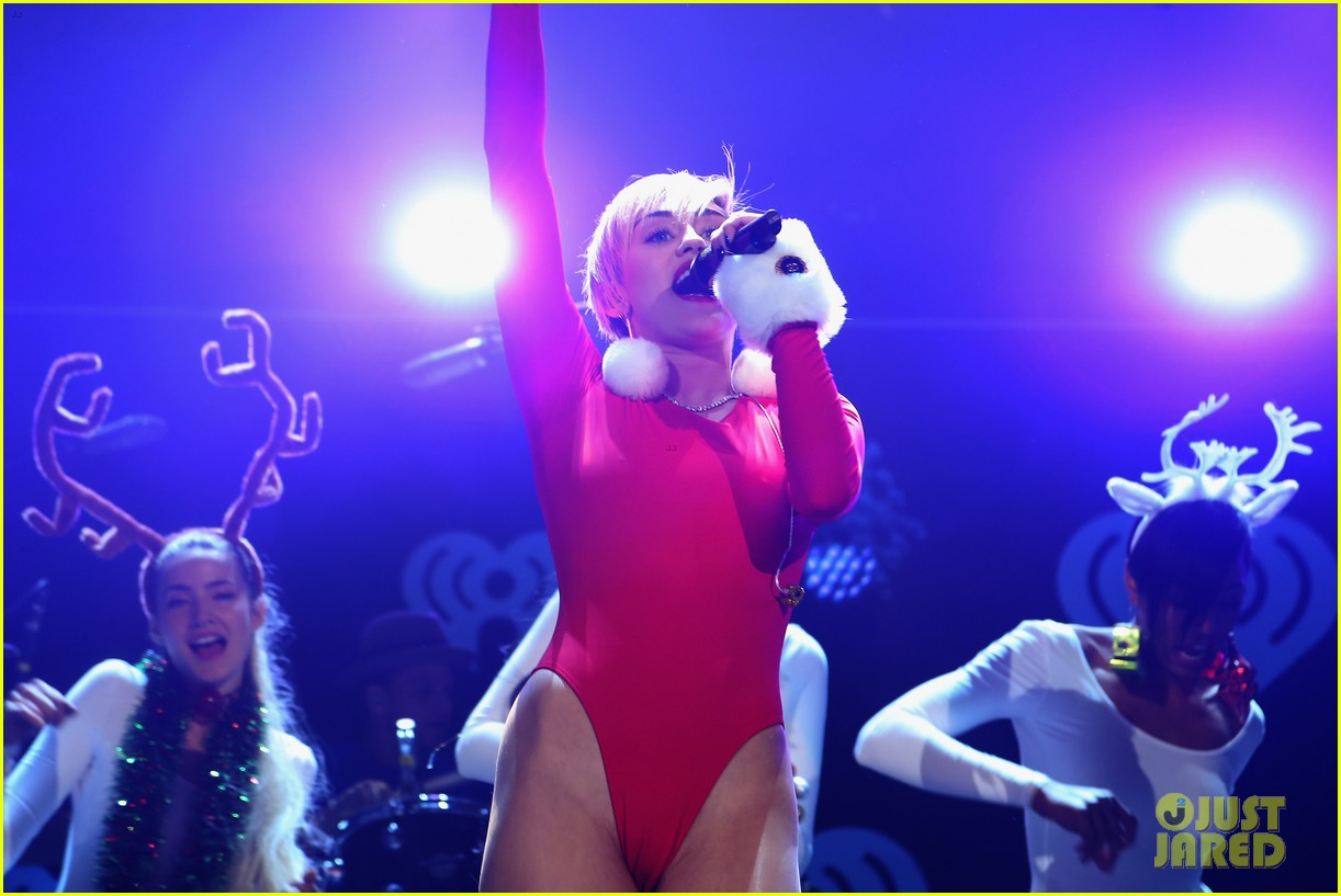 miley cyrus performs after being named artist of the year 083009453