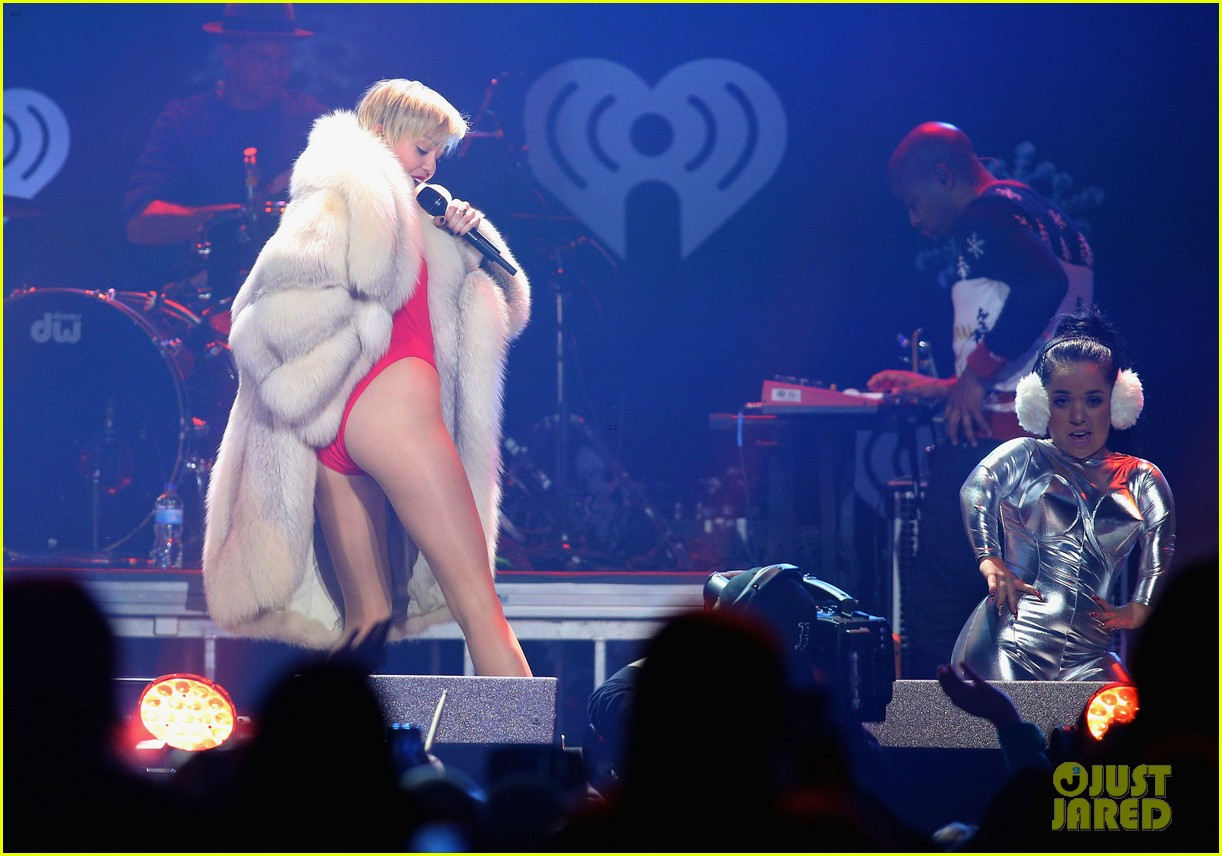 miley cyrus performs after being named artist of the year 143009459