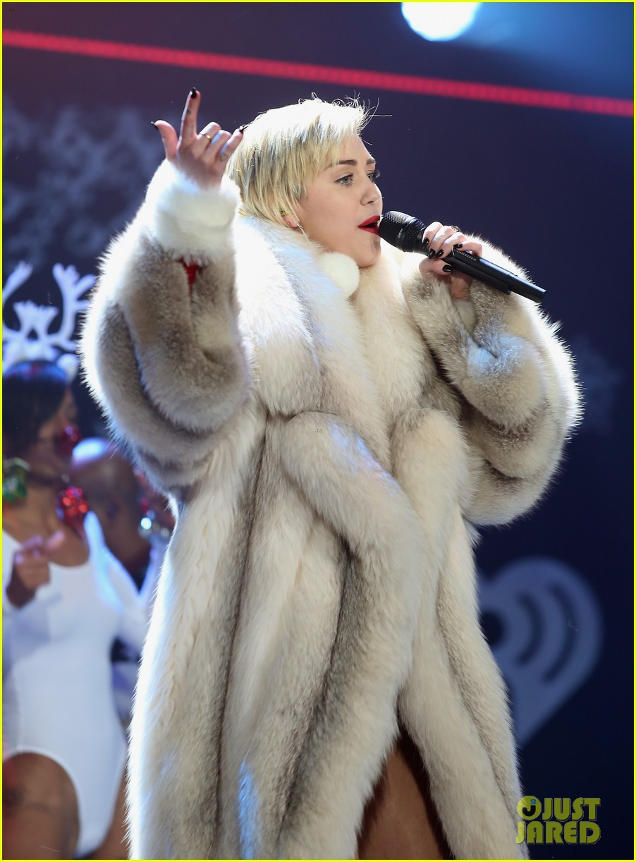 miley cyrus performs after being named artist of the year 163009461