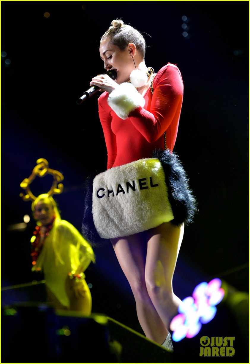 miley cyrus stolen christmas sweater at tampa jingle ball 013014547