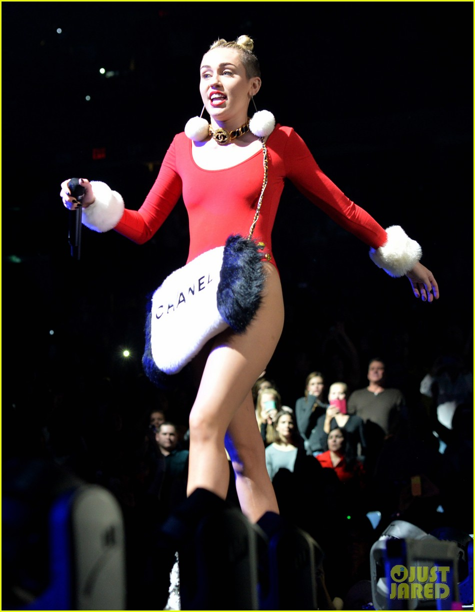 miley cyrus stolen christmas sweater at tampa jingle ball 033014549