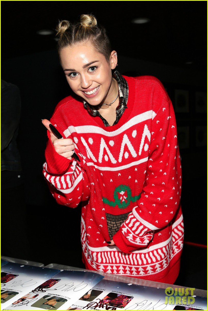 miley cyrus stolen christmas sweater at tampa jingle ball 073014553