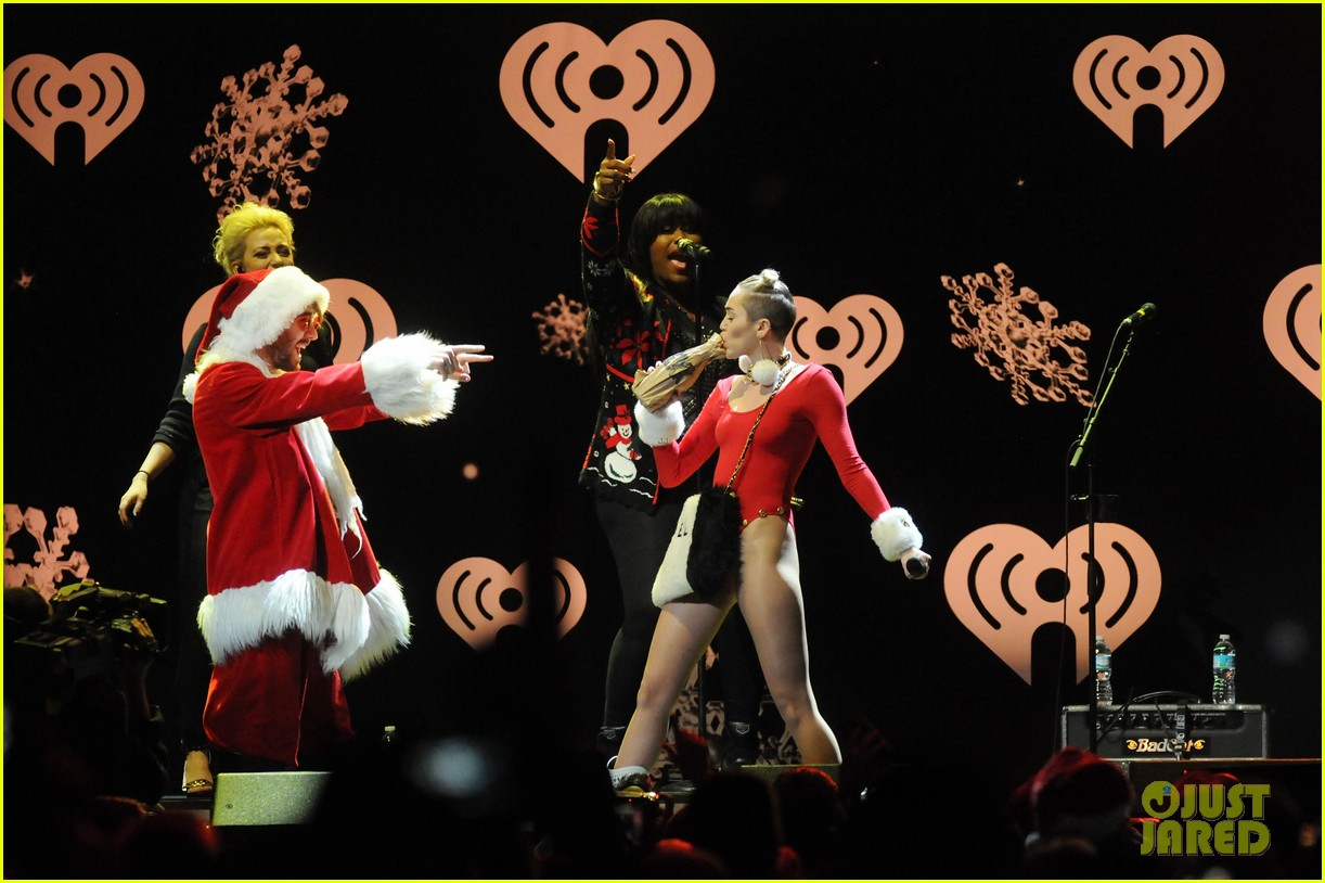 miley cyrus stolen christmas sweater at tampa jingle ball 103014556