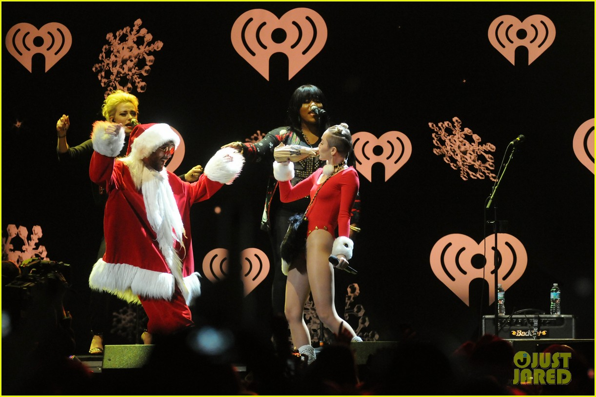 miley cyrus stolen christmas sweater at tampa jingle ball 11