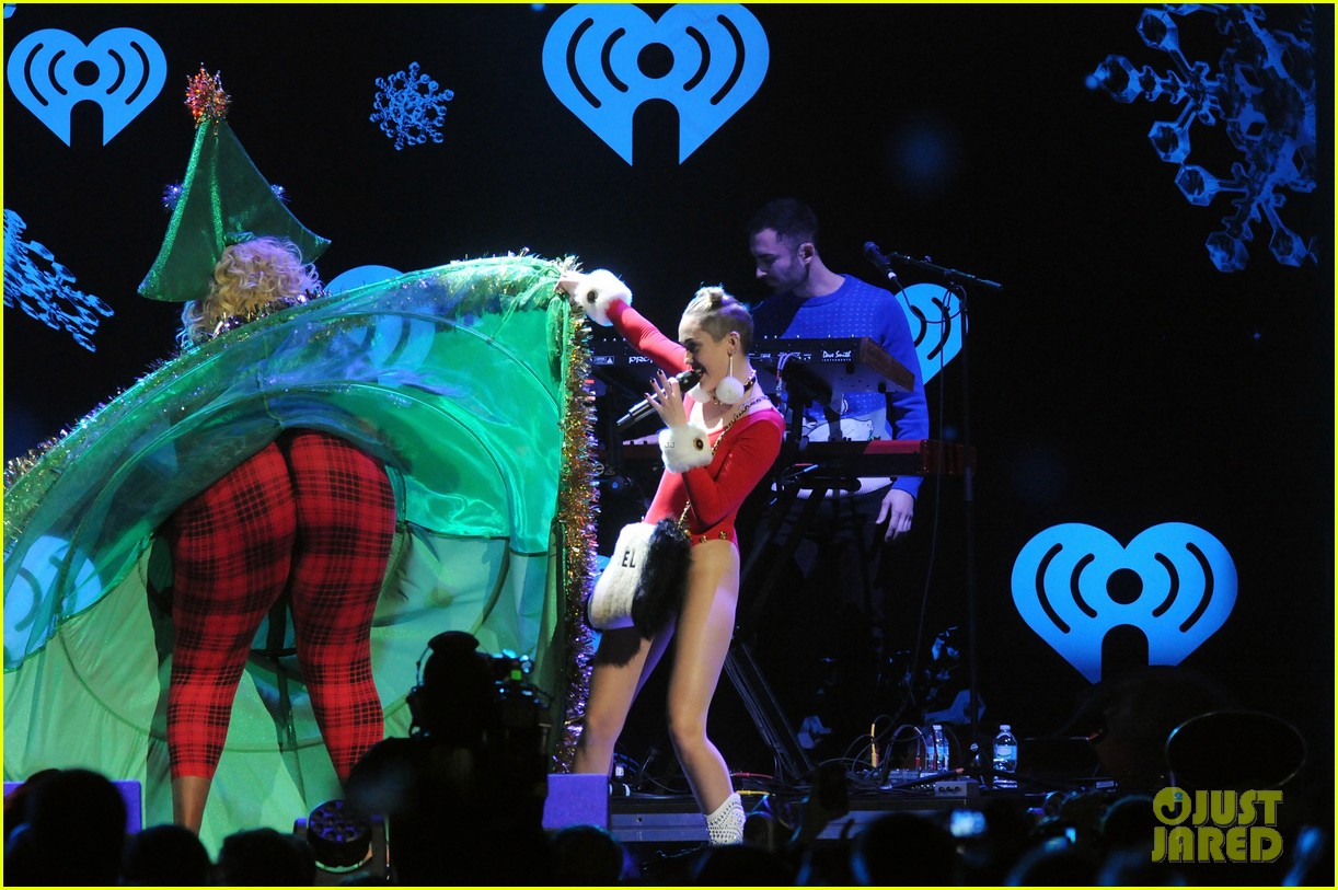 miley cyrus stolen christmas sweater at tampa jingle ball 123014558