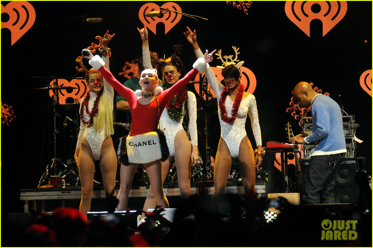 miley cyrus stolen christmas sweater at tampa jingle ball 133014559