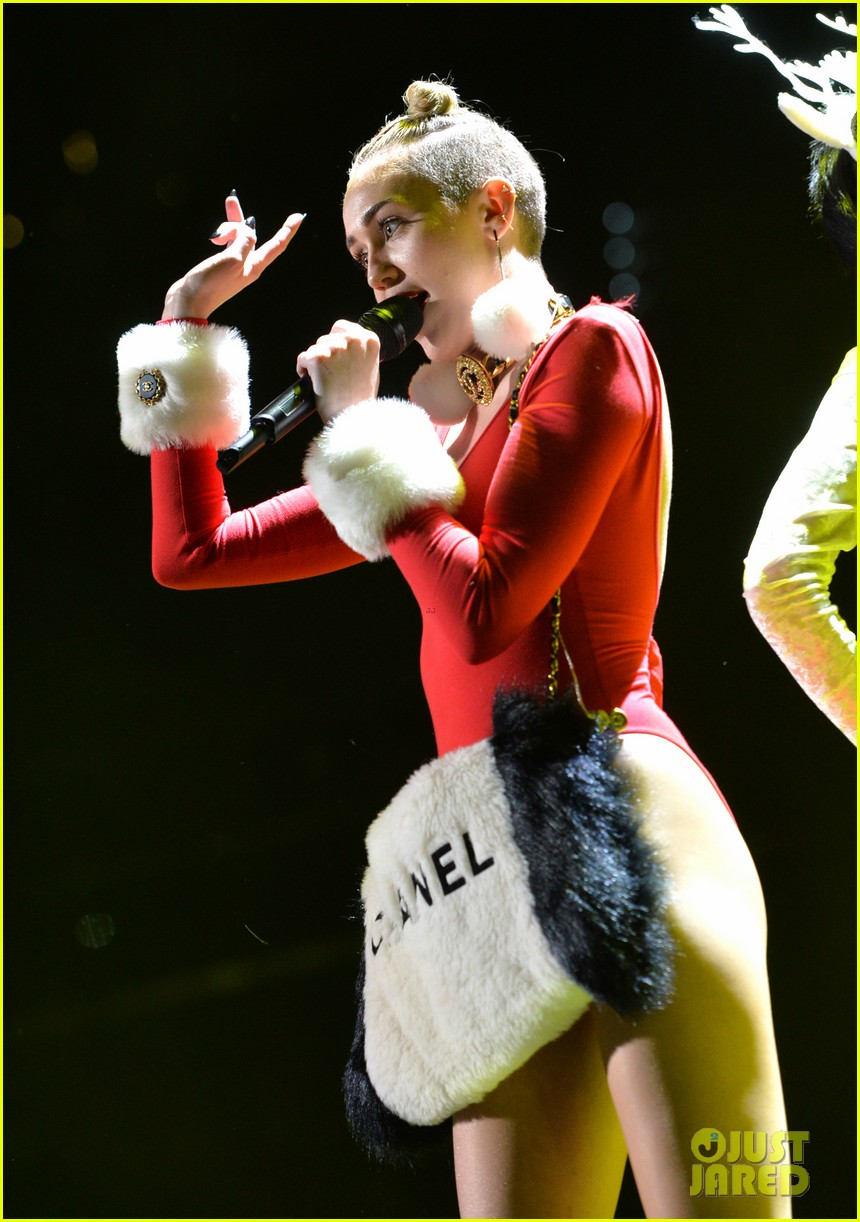 miley cyrus stolen christmas sweater at tampa jingle ball 163014562