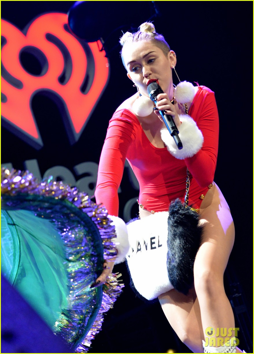 miley cyrus stolen christmas sweater at tampa jingle ball 183014564