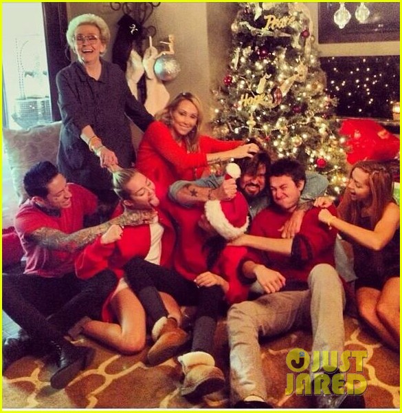 miley cyrus shares family fist fight christmas photo 013017911