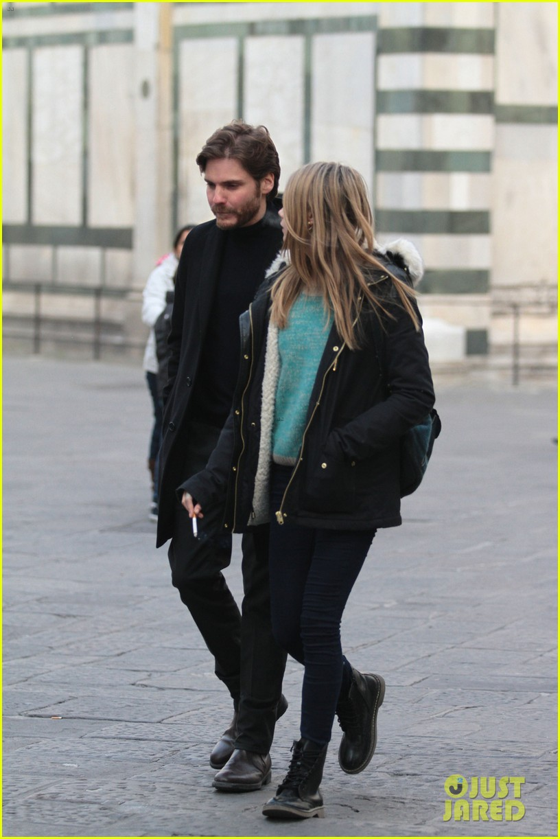 cara delevingne films a movie with daniel bruhl in italy 023014673