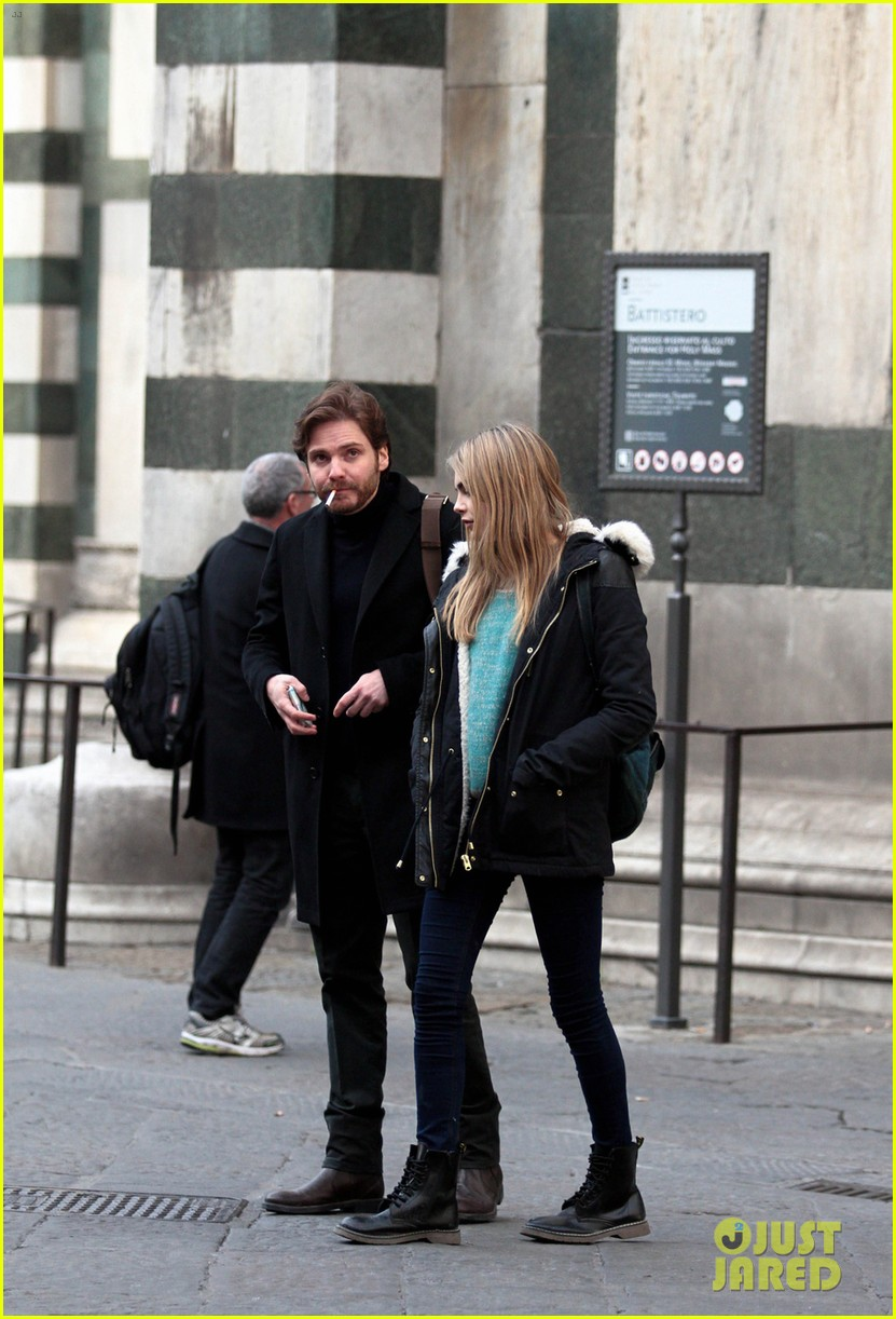cara delevingne films a movie with daniel bruhl in italy 083014679